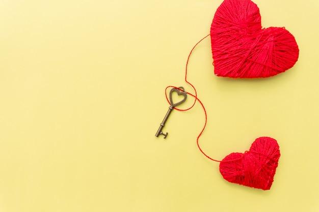 Walentynki Karty Z Czerwonym Sercem I Klucz Na żółtym Tle. Premium Zdjęcia