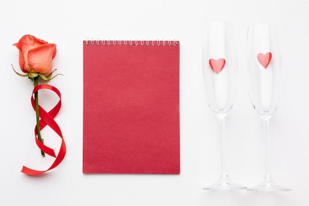 Walentynki Kompozycja Z Pustym Czerwonym Notatnikiem Darmowe Zdjęcia