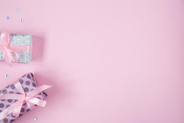 Walentynki Leżały Płasko Z Prezentami, Wstążkami I Brokatowymi Sercami. Urodziny, Dzień Matki, Tło Walentynki Z Miejsca Na Kopię, Ramka, Lewe Obramowanie. Premium Zdjęcia