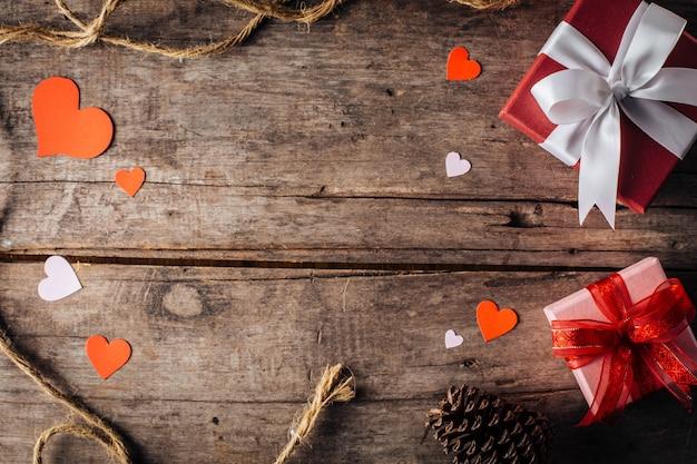 Walentynki pudełko na drewniane tła Premium Zdjęcia