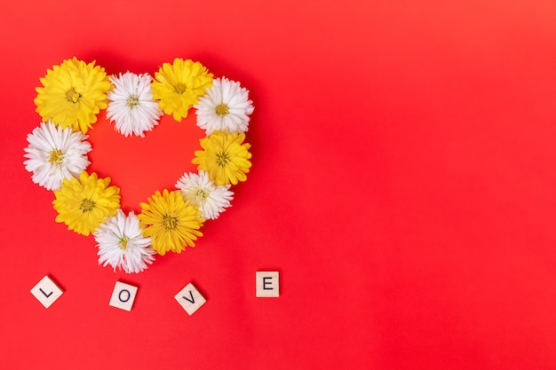 Walentynki Serce Wykonane Z Pięknych Kwiatów Na Białym Tle Na Czerwonym Tle. Widok Z Góry. Premium Zdjęcia