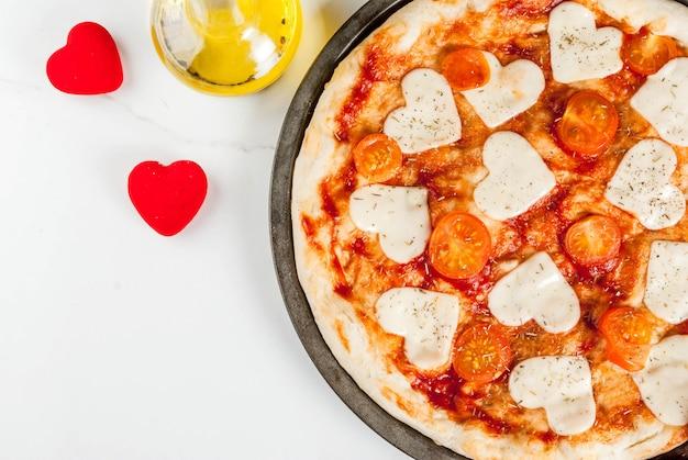 Walentynki świąteczne Jedzenie, Pizza Margarita Z Serem W Kształcie Serca, Biały Marmur, Widok Z Góry Premium Zdjęcia