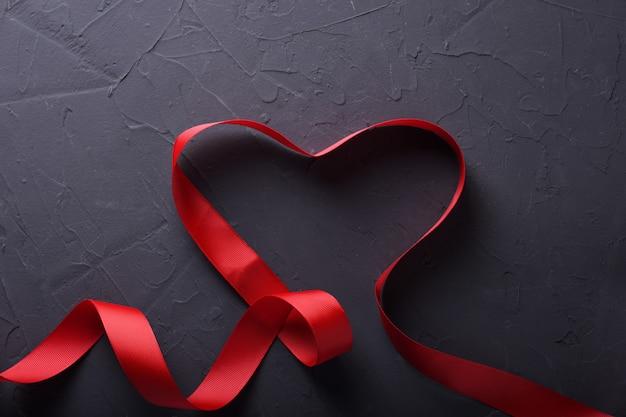 Walentynki Tła Kartkę Z życzeniami Symbole Miłości, Czerwona Ozdoba Z Sercem Na Tle Kamienia. Widok Z Góry Z Miejsca Na Kopię I Tekst. Mieszkanie Leżał Premium Zdjęcia