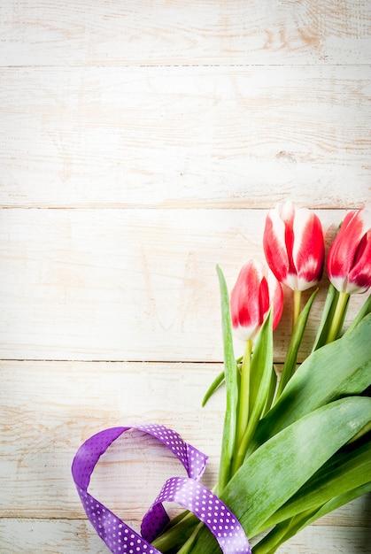 Walentynki tło dla gratulacje, kartki z życzeniami. świeże wiosenne kwiaty tulipanów Premium Zdjęcia