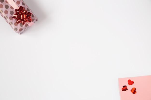 Walentynki Tło, Płaskie Leżał Z Różowymi Prezentami I Czerwonymi Sercami. Urodziny, Dzień Matki, Zdjęcie Walentynki Z Miejsca Na Kopię Na Białym Tle. Premium Zdjęcia