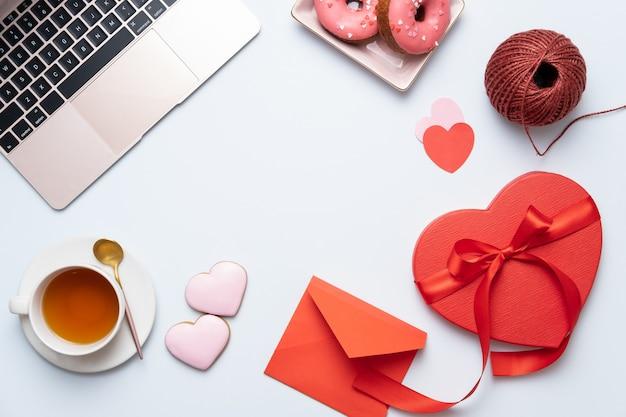 Walentynki Tło Pulpitu Z Czerwonym Sercem Prezent, Laptopa I Herbaty. Walentynki Kartkę Z życzeniami. Premium Zdjęcia