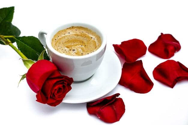 Walentynki Wzrosła Z Płatków I Kawy Darmowe Zdjęcia