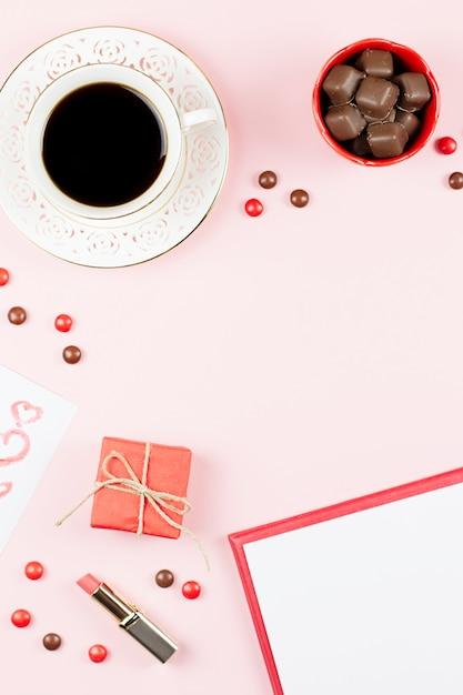 Walentynki Z Napojem Kawowym, Pudełko Na Prezenty, Cukierki Na Pastelowym Różowym Tle, Leżał Płasko Premium Zdjęcia