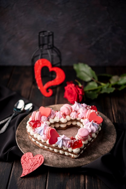 Walentynkowe Ciasto W Kształcie Serca Z Różą I łyżkami Darmowe Zdjęcia