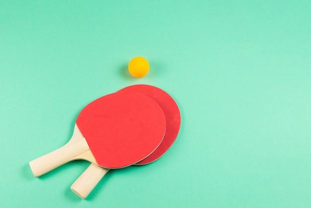 Wałkowy Pong Na Zielonym Tle. Premium Zdjęcia