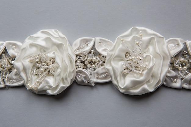 Warkocz Uszyty W Kolorze Białym W Postaci Tkaniny W Kwiatki, Różyczki Premium Zdjęcia