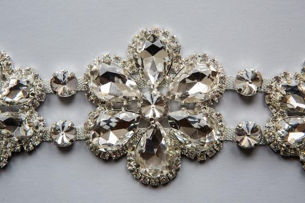 Warkocz Uszyty W Srebrnym Kolorze W Postaci Kwiatków Z Przezroczystych Kamieni Premium Zdjęcia
