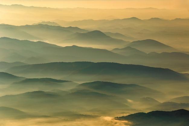 Warstwa góry i mgła przy zmierzchu czasem, krajobraz przy doi luang chiang dao, wysoka góra w chiang mai prowinci, tajlandia Premium Zdjęcia