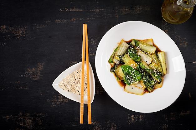 Warzywa Bok Choy Smażymy Z Sosem Sojowym I Sezamem. Chiński Kuzyn. Widok Z Góry Darmowe Zdjęcia