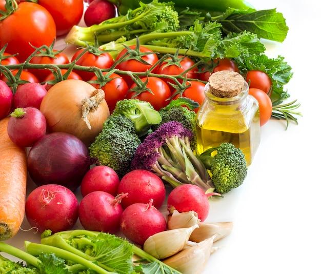 Warzywa I Butelka Oliwy Z Oliwek Premium Zdjęcia