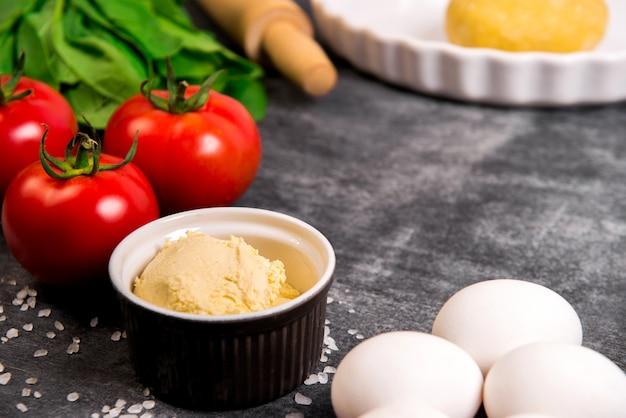 Warzywa I Ciasto Na Szarej Drewnianej Powierzchni Darmowe Zdjęcia
