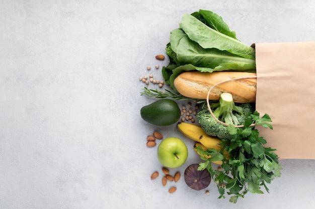 Warzywa, Owoce, Pieczywo W Papierowej Torbie Na Szaro Premium Zdjęcia