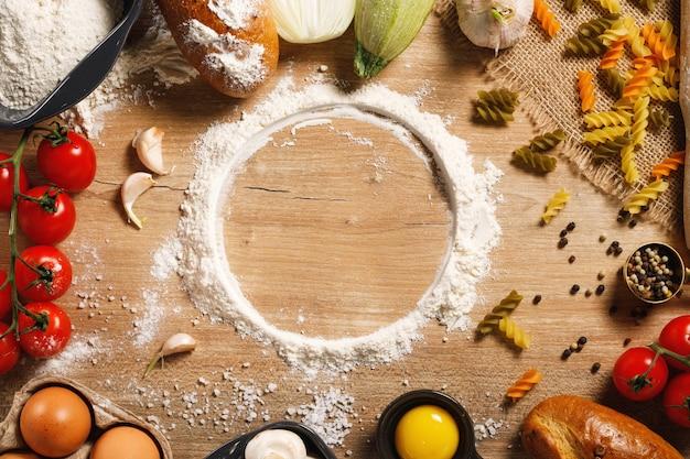Warzywa Z Przyprawami Na Stole W Kuchni Premium Zdjęcia
