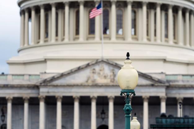 Washington Dc Capitol Szczegół Z Flaga Amerykańską Premium Zdjęcia