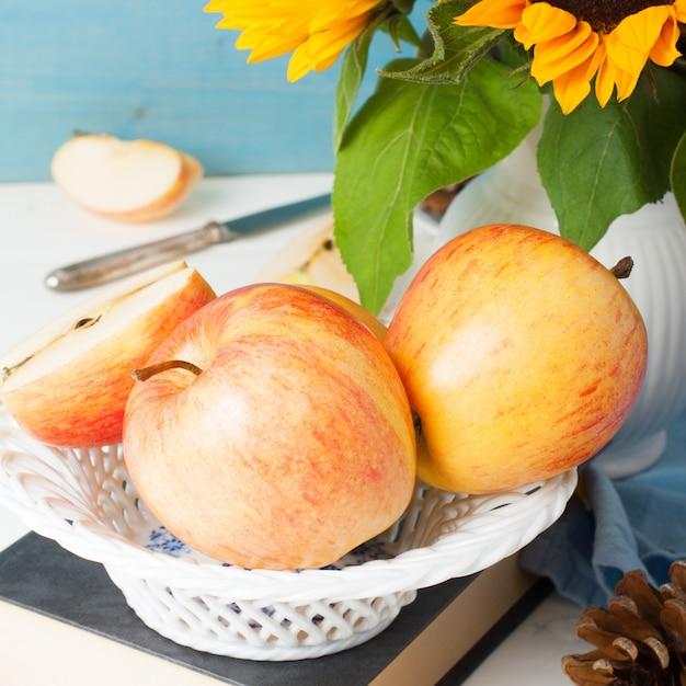 Wciąż życie Z Jabłkami I Słonecznikami Premium Zdjęcia