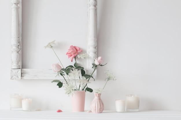 Wciąż życie Z Różowymi Różami I świeczkami Na Białym Tle Premium Zdjęcia