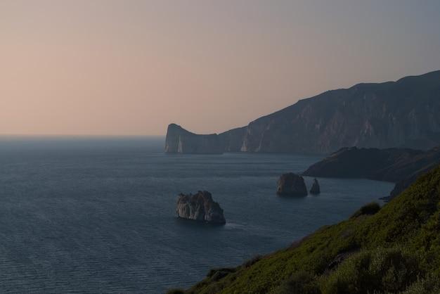 Wcześnie Rano Widok Na Malownicze Wybrzeże Porto Corallo W Nebida We Włoszech Darmowe Zdjęcia