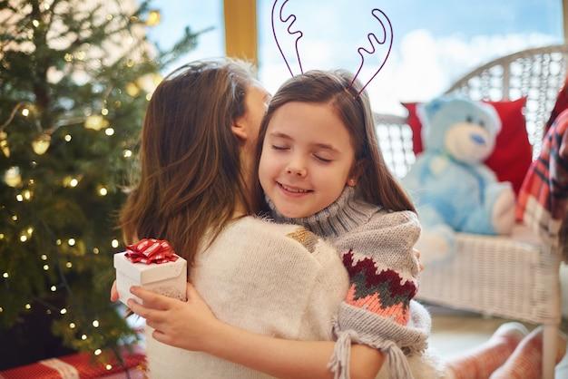 Wdzięczna Córka Przytulanie Matki Z Zamkniętymi Oczami Darmowe Zdjęcia
