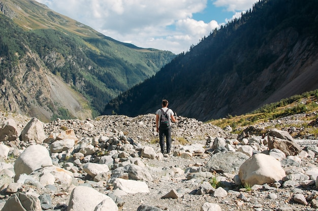 Wędrówki Człowieka Stojącego W Górach Premium Zdjęcia