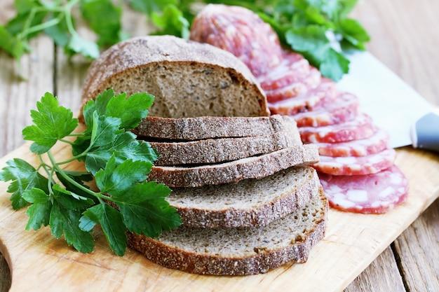 Wędzona Kiełbasa Z Chlebem żytnim Premium Zdjęcia