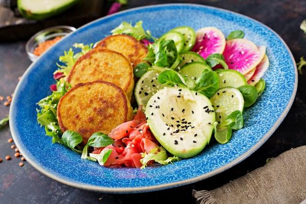 Wegański Budda Miska Obiad Tabeli żywności. Zdrowe Jedzenie. Zdrowa Wegańska Miska Na Lunch. Placek Z Soczewicą I Rzodkiewką, Sałatka Z Awokado Premium Zdjęcia