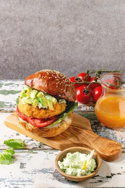Wegański Burger Z Marchewką Premium Zdjęcia