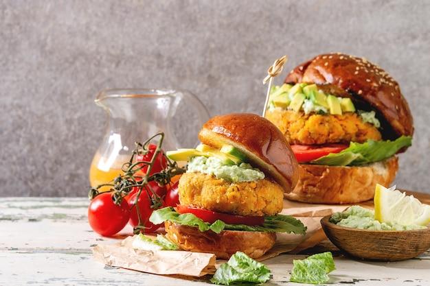Wegańskie Hamburgery Z Marchewką Premium Zdjęcia
