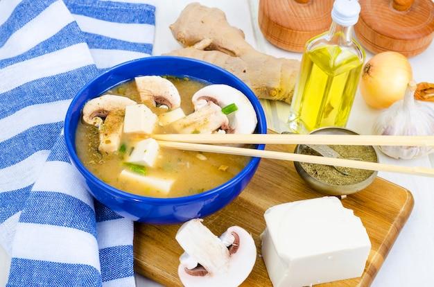 Wegetariańska Zupa Miso Z Tofu I Grzybami. Premium Zdjęcia