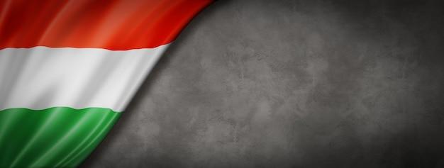 Węgierska Flaga Na Banerze Betonowej ściany Premium Zdjęcia