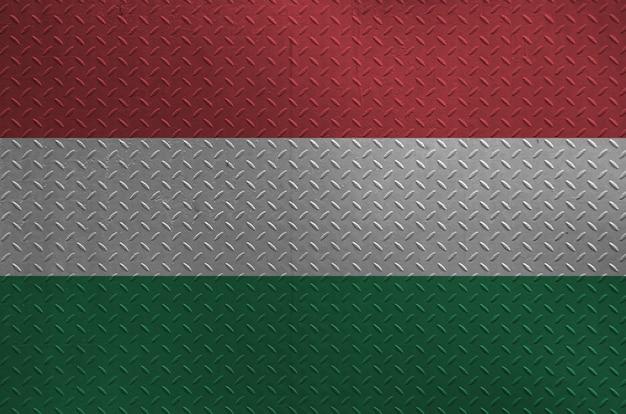 Węgry Flaga Przedstawiająca W Farbie Barwi Na Starym Oczyszczonym Metalu Talerzu Lub ściany Zbliżeniu. Teksturowane Transparent Na Szorstkim Tle Premium Zdjęcia