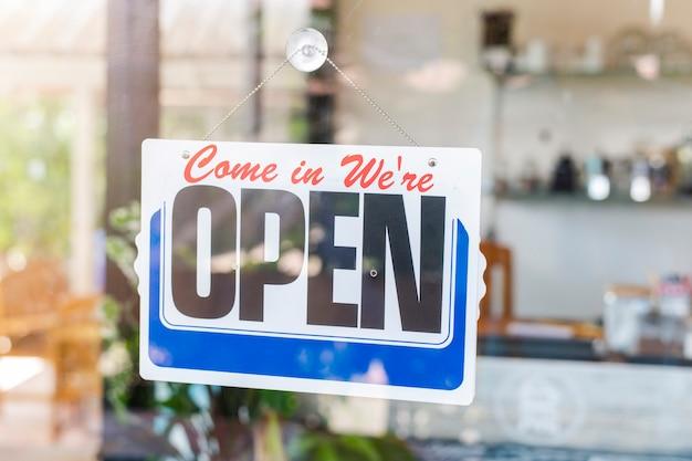 Wejdź Jesteśmy Otwarci Na Znak Wejściowy Do Drzwi Wejściowych Do Hotelu Biznesowego, Kawiarni, Lokalnego Sklepu, Właściciela Serwisu Witającego Gości Po Wybuchu Koronawirusa Premium Zdjęcia