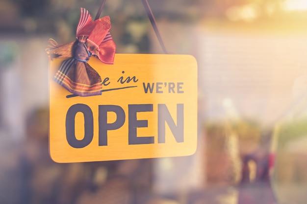 Wejdź Jesteśmy Otwarty Znak Na Drzwi Wejściowe Do Hotelu Biznesowego Premium Zdjęcia