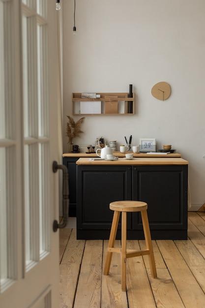 Wejście Do Jasnej Kuchni Z Serwowanym Stołem I Stołkiem Premium Zdjęcia