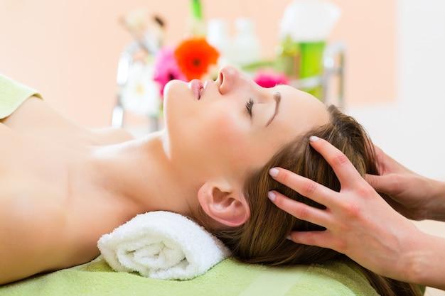 Wellness - Kobieta Coraz Masaż Głowy W Spa Premium Zdjęcia