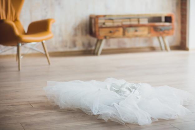 Welon ślubny Na Podłodze Dla Nowożeńców Premium Zdjęcia