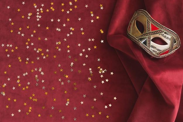 Weneckie maski na czerwonym tkaniny z gwiazdami konfetti następna Darmowe Zdjęcia
