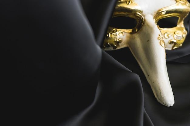 Weneckie maski z długim nosem na ciemnym tkaniny Darmowe Zdjęcia