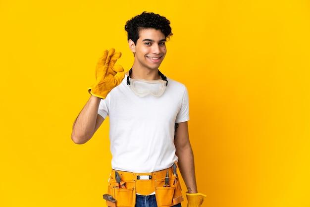 Wenezuelski Elektryk Mężczyzna Na Białym Tle Na żółtym Tle Przedstawiający Znak Ok Palcami Premium Zdjęcia
