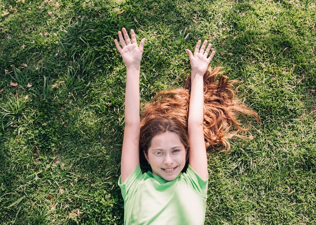 Wesoła Dziewczyna Leży Na Trawie W Słońcu Darmowe Zdjęcia