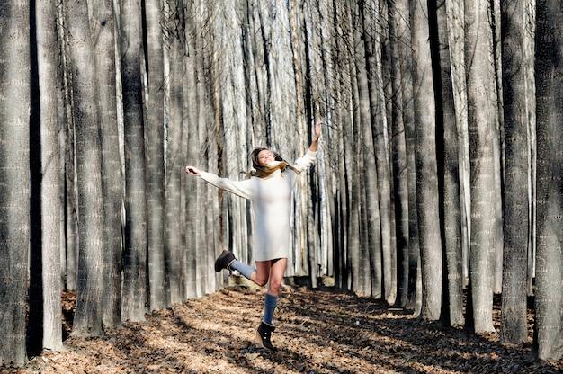 Wesoła Kobieta Skoków I śmiech W Lesie Darmowe Zdjęcia