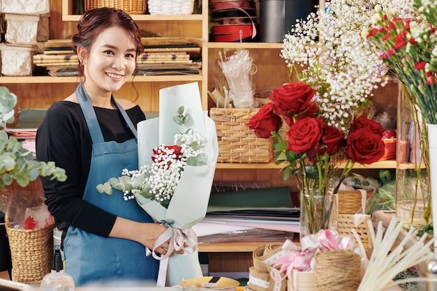 Wesoła Kwiaciarnia Z Pięknym Bukietem Premium Zdjęcia