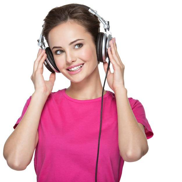 Wesoła Młoda Kobieta Słuchania Muzyki W Słuchawkach Darmowe Zdjęcia