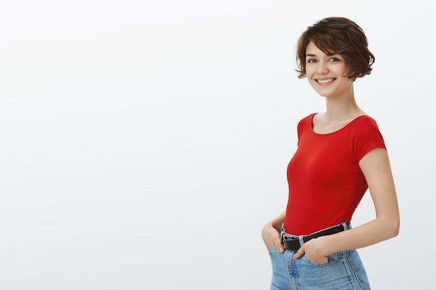 Wesoła Stylowa Dziewczyna Uśmiecha Się Szczęśliwy W Aparacie Darmowe Zdjęcia