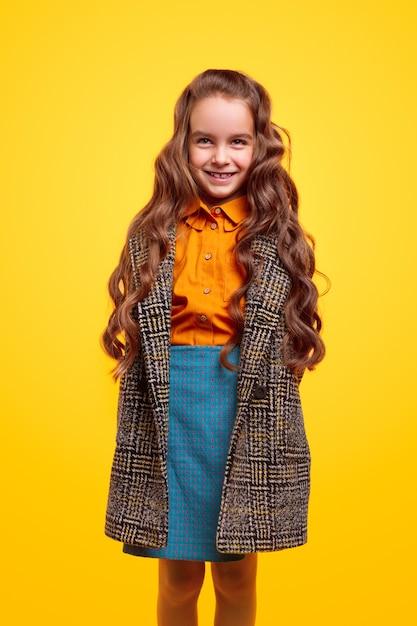 Wesoła Uczennica W Ciepłym Płaszczu Premium Zdjęcia
