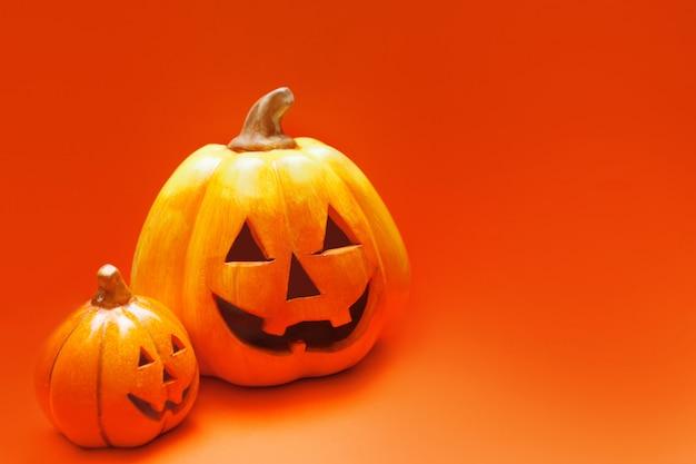 Wesołego Halloween. Dwie Lampiony Typu Jack-o W Kolorze Pomarańczowym Premium Zdjęcia